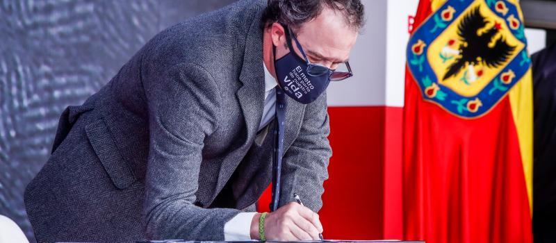 El gerente de la EMB firma el acta de inicio de las obras de la PLMB